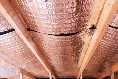Isolant réflectif installé au plafond